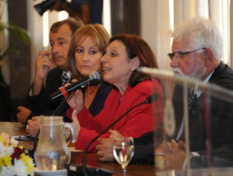 la intendenta de Montevideo, Ana Olivera, en la firma del convenio