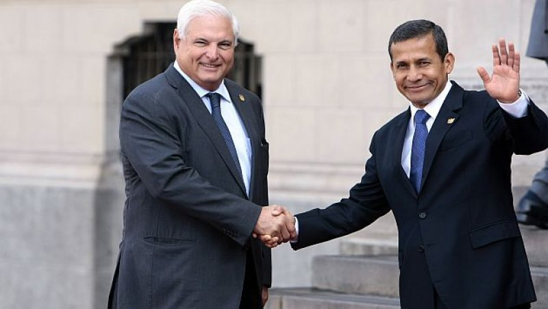 El presidente de Panamá, Ricardo Martinelli, recibido por el mandatario peruano Ollanta Humala