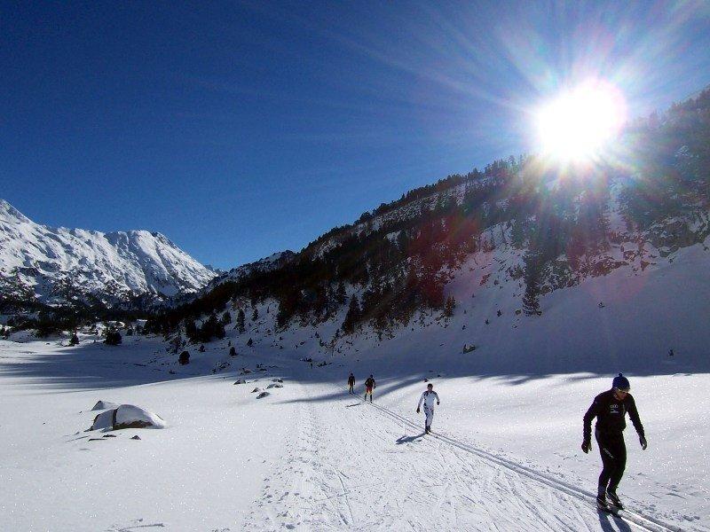 Esquiadores de fondo en Llanos del Hospital, Benasque, Huesca.