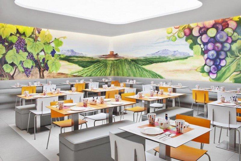 El salón de desayunos del Ibis Styles Madrid Prado también está tematizado con el mundo del vino.