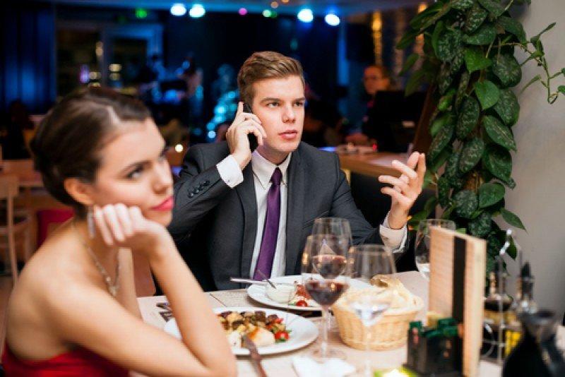 El uso excesivo de móviles en los restaurantes puede ser origen de conflictos. #shu#