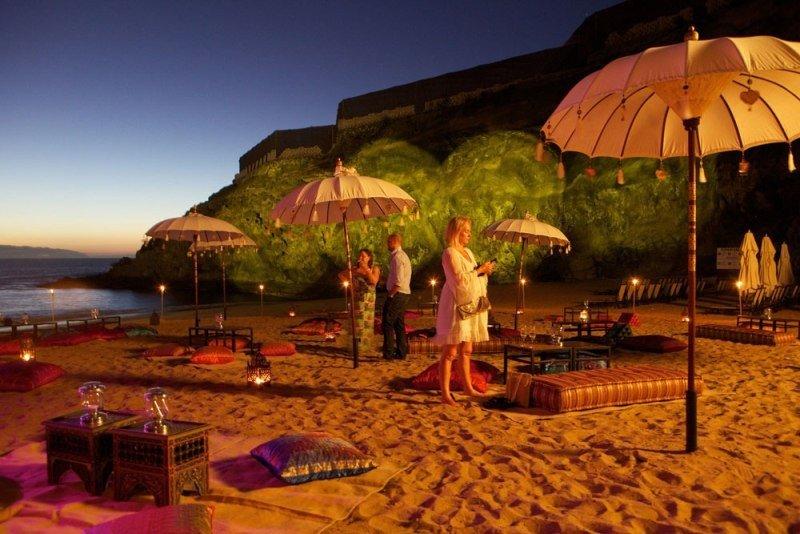 Celebración de un evento nocturno en una playa de Tenerife.