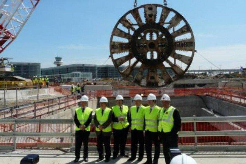 Imagen literalmente histórica, en la que Montilla, Hereu y Nadal junto a otros funcionarios 'inmortalizaron' el inicio de la perforación de la L9 en El Prat, en 2009.