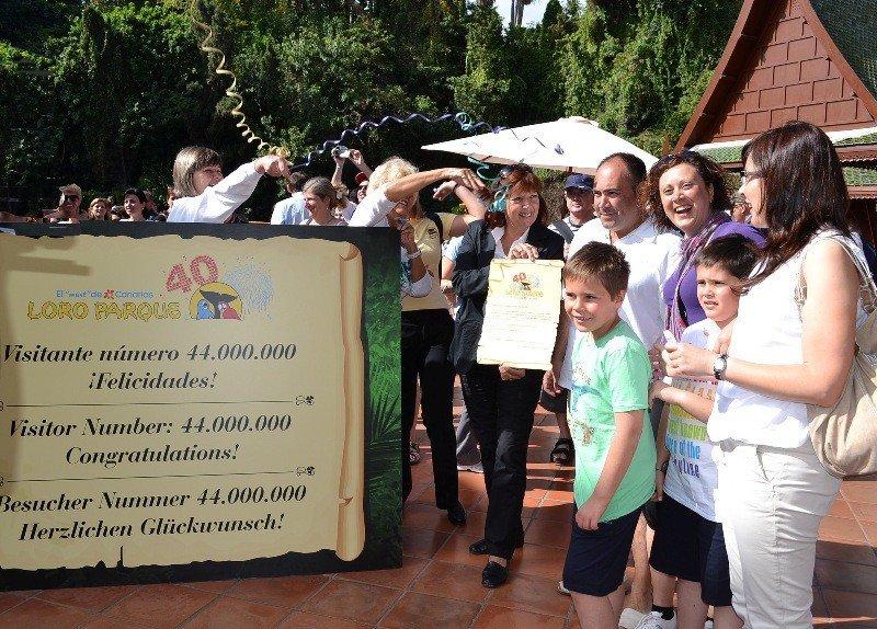 La familia de Tarragona que ha sido el visitante 44 millones de Loro Parque, en Tenerife.
