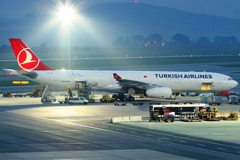Denuncian a Turkish Airlines por operar con menos tripulantes