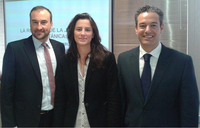 De izq. a dcha, los participantes en la charla de la FEHM: Marc Ripoll, del departamento internacional de Monlex; Carmen Marí, abogado y asesora jurídica de la FEHM; y Juan Carlos Tárraga, delegado de Willis Baleares.