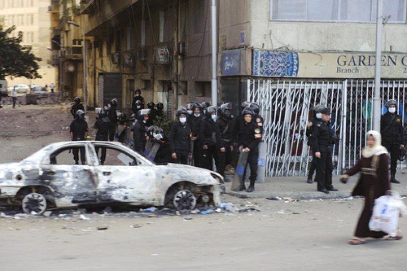 Policías en el centro de El Cairo, tras unos disturbios el pasado 28 de enero. #shu#
