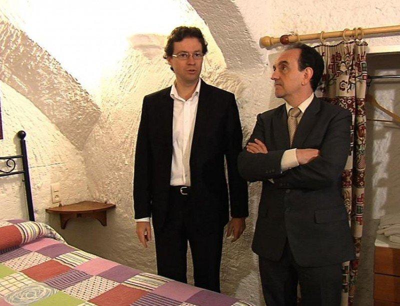 El consejero de Turismo y Comercio de Andalucía, Rafael Rodríguez, en su visita a las casas-cueva de Guadix.