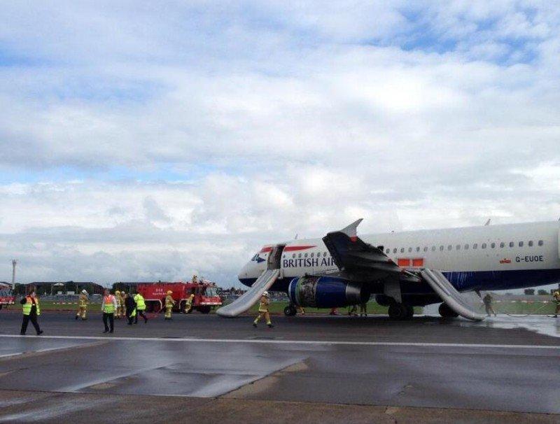 Evacuación de pasajeros y tripulación  a través de toboganes de emergencia (imagen tuiteada por @TBoneGallagher).