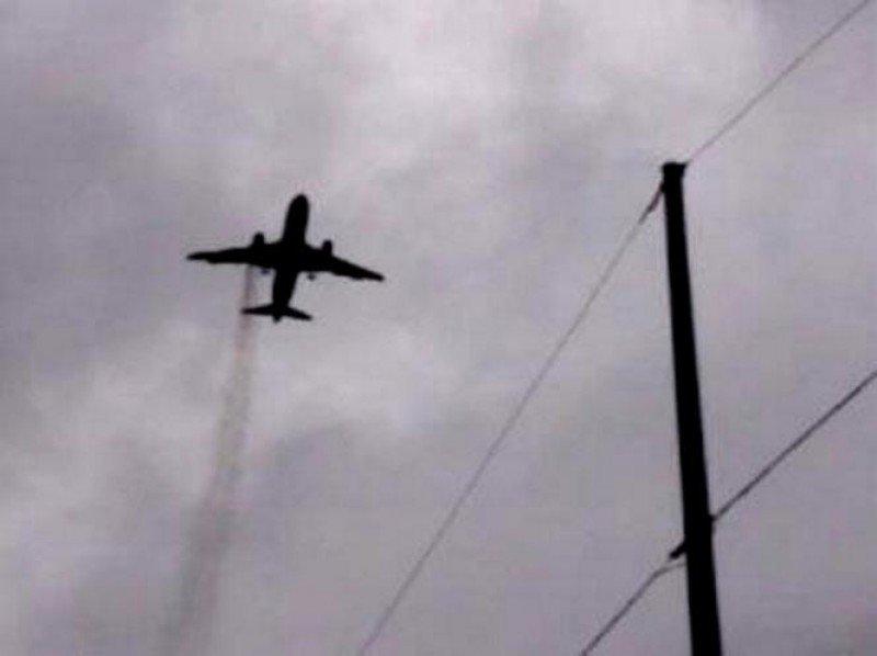 El avión fue visto sobrevolando Londres con con una estela de humo que salía de su motor derecho,encendido en llamas (imagen tuiteada por @jusraff).