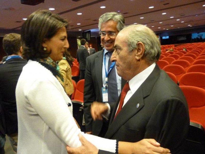 La secretaria de Estado de Turismo, Isabel Borrego, es saludada por el presidente de Globalia, Juan José Hidalgo, ayer al finalizar el Foro Hosteltur celebrado en Madrid.