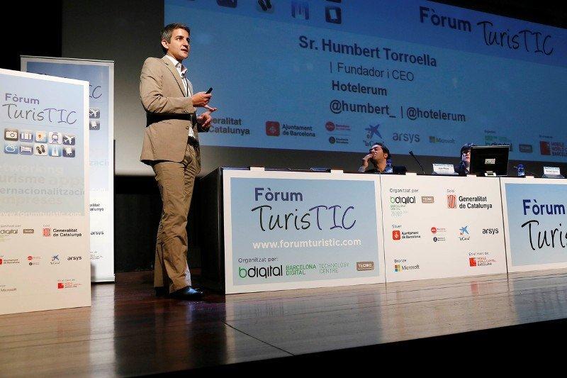 """El fundador y CEO de Hotelerum, Humbert Torroella, en la mesa redonda sobre """"Soluciones tecnológicas para hoteles"""" del Fòrum TurisTIC, la semana pasada en Barcelona."""
