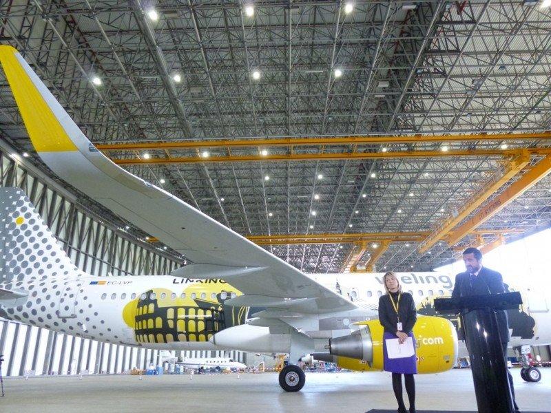 Álex Cruz, ayer en el aeropuerto de Barcelona duranta la presentación de un nuevo avión A320. El fuselaje incorpora las siluetas de varias ciudades europeas y ha sido el resultado de un concurso organizado conjuntamente con la Fundación Mies van der Rohe.
