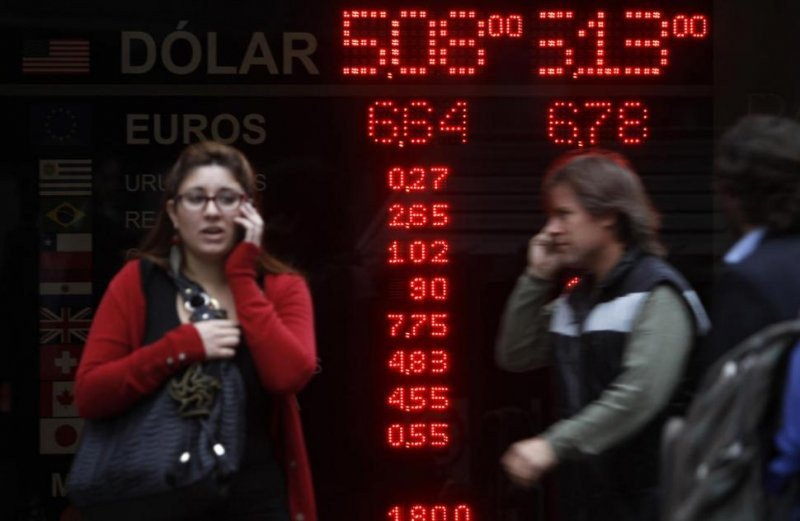 Por la brecha cambiaria los extranjeros se vuelcan al mercado paralelo.