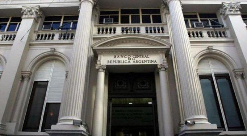 Banco Central de Argentina intima a clientes que sacaron más de US$ 5.000 en el exterior