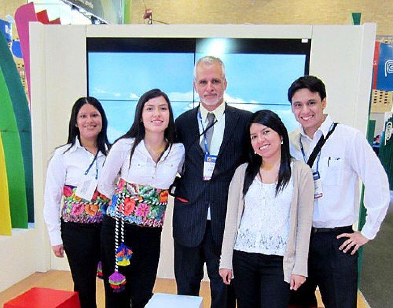 Ricardo Bohl con equipo de promoción de Perú
