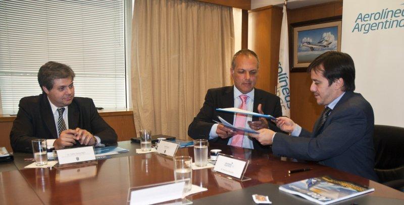Izq a der: Carlos Zonza Nigro (Secretario de Turismo); Martín Buzzi (Gobernador de Chubut) y Mariano Recalde (Presidente Aerolíneas Argentinas).