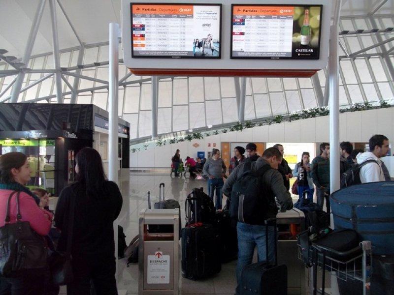 Cientos de pasajeros se vieron afectados por las condiciones meteorológicas en Montevideo