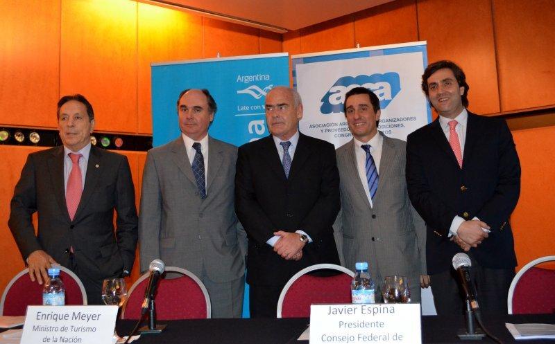 Izq a der: Presidente de la CAT , Oscar Ghezzi; presidente de AOCA, Diego Gutiérrez; ministro de Turismo de la Nación, Enrique Meyer y el secretario Ejecutivo del INPROTUR, Leonardo Boto.