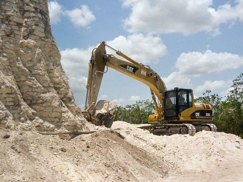 Maquinaria pesada en el sitio arqueológico de Nohmul (Foto: National Geographic)
