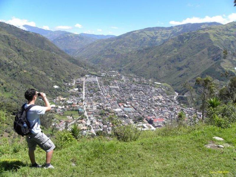 Un viajero tomando fotos en Ecuador