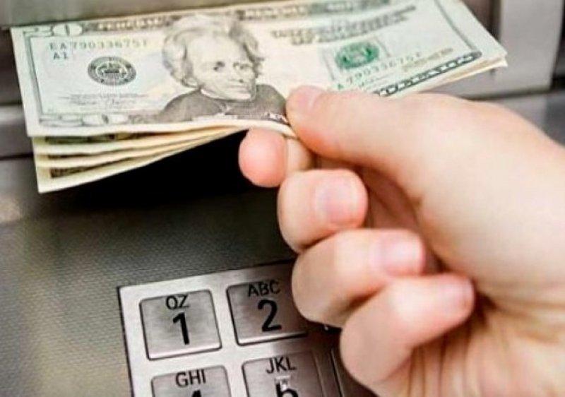 Podrán retirar US$ 100 trimestralmente en países limítrofes y US$ 800 mensuales en el resto del mundo.