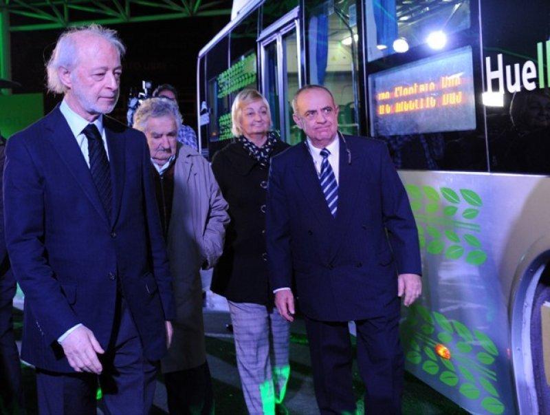 El empresario junto al presidente Mujica, la ministra Kechichian y el representa de los vehículos eléctricos BYD en Uruguay