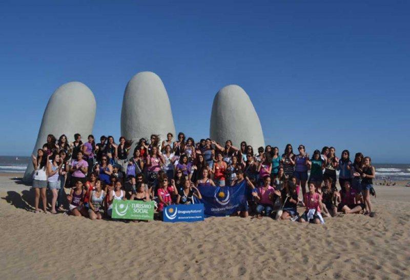 Jóvenes en Punta del Este en viaje de turismo social