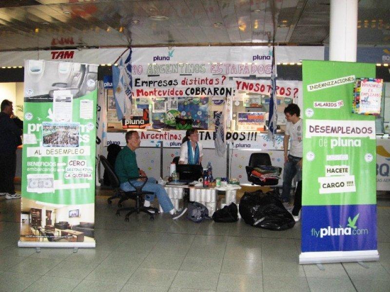 Exempleados de Pluna mantienen ocupadas las oficinas de la aerolínea en Aeroparque (Foto: Argentina Airline News)
