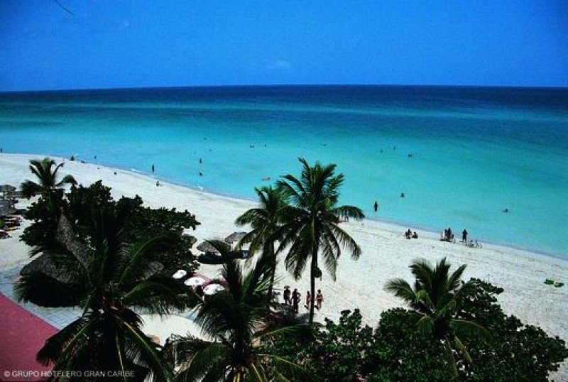 Cuba restaura la playa de Varadero