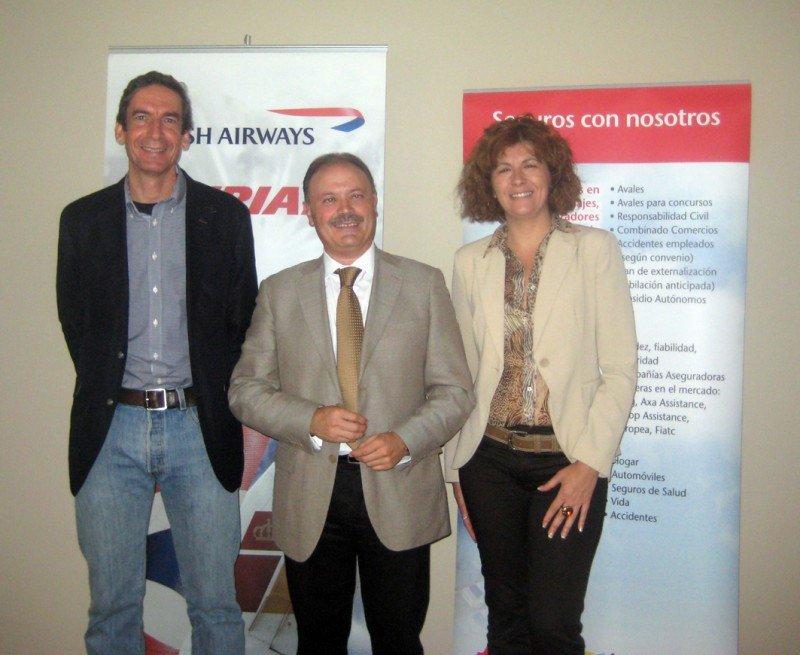 Rafa Serra, presidente de UCAVE, Víctor Moneo, director de ventas para España de Iberia y Elisa Martínez, directora travel de AON Affinity, durante el encuentro con agencias de viajes en Barcelona.