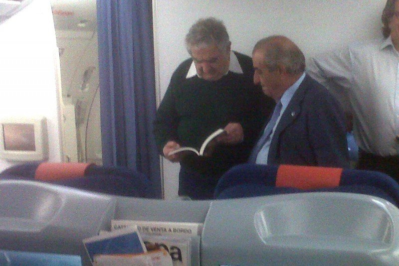 El presidente de Globalia, Juan José Hidalgo, junto al presidente de Uruguay, José Mújica, en el vuelo que los llevó a Montevideo este jueves en la nueva ruta de Air Europa.