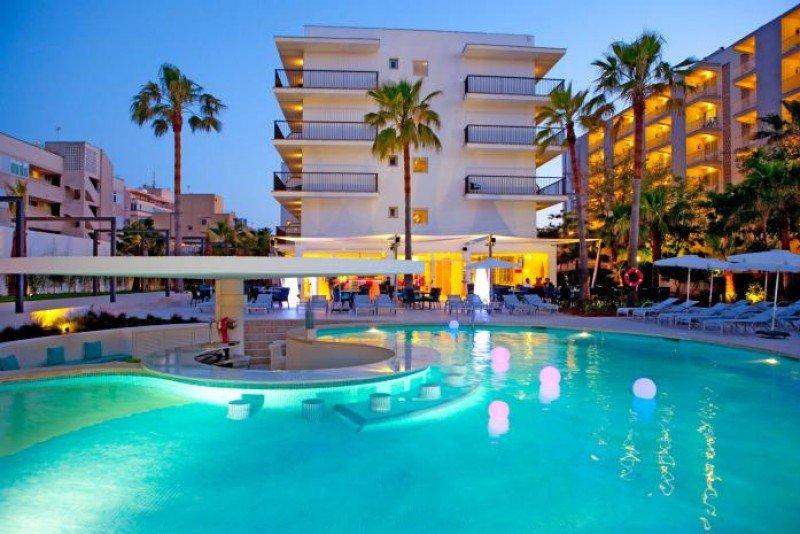 El hotel cuenta con dos piscinas.