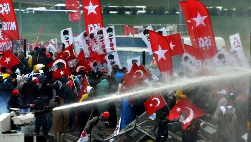 Los disturbios pueden dar al traste con la que tenía que ser una gran temporada turística.