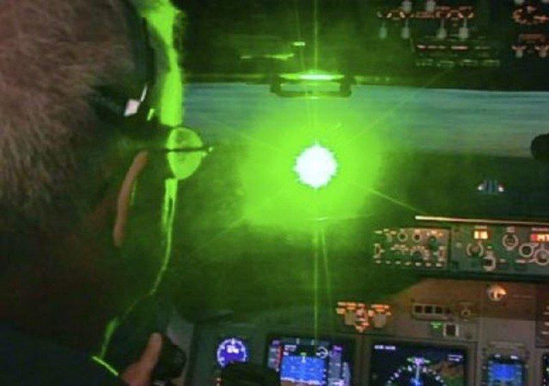 Cada cierto tiempo reaparece la 'moda' de cegar a los pilotos con punteros láser.