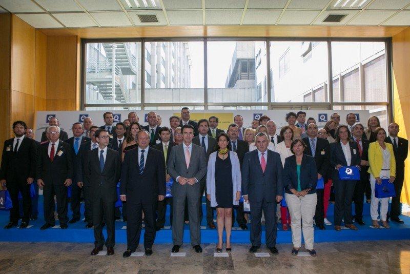 La ceremonia de entrega de las banderas Q de playas estuvo presidida por el ministro de Industria, Energía y Turismo, José Manuel Soria. Click para ampliar imagen.
