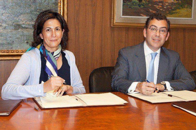 La secretaria de Estado de Turismo, Isabel  Borrego Cortés, y el secretario general de Pesca, Carlos Domínguez Díaz, firmando el acuerdo de colaboración.
