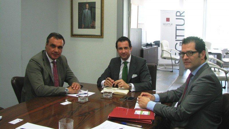 Rafael Gallego, presidente de CEAV, en la reunión con Antonio López de Ávila, presidente de Segittur, y Juan Manuel Penín, director de Relaciones Institucionales de esta sociedad estatal.