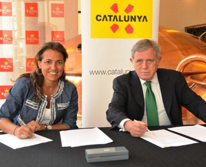 El nuevo convenio fue firmado ayer por la directora general de Turismo de la Generalitat, Marián Muro, y el director general de Damm, Enric Crous.