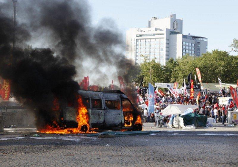La policía empleó gas lacrimógeno y cañones de agua para disolver los manifestantes en la plaza Taksim. #shu#