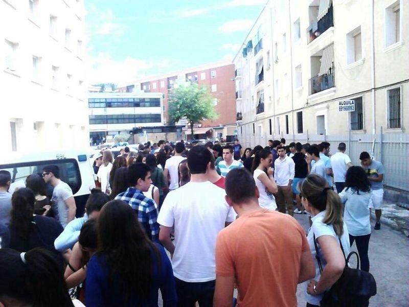 Afectados a las puertas de la Comisaría de Cuenca para presentar su denuncia. Foto: Bea Page.