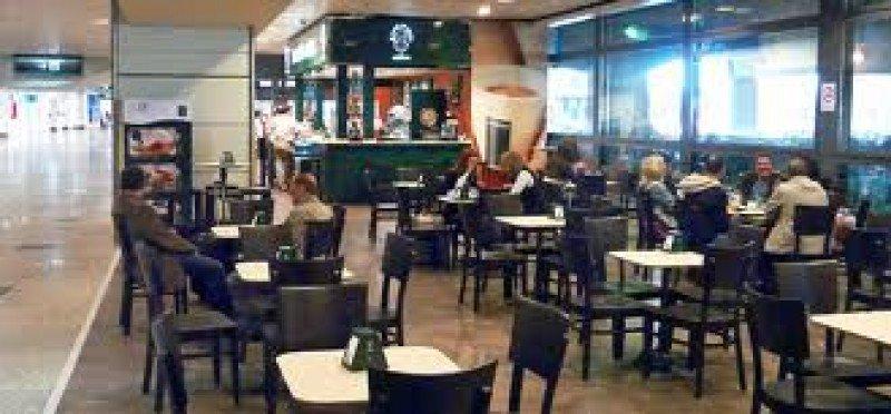 Los empleados de las cafeterías protestan por los despidos.