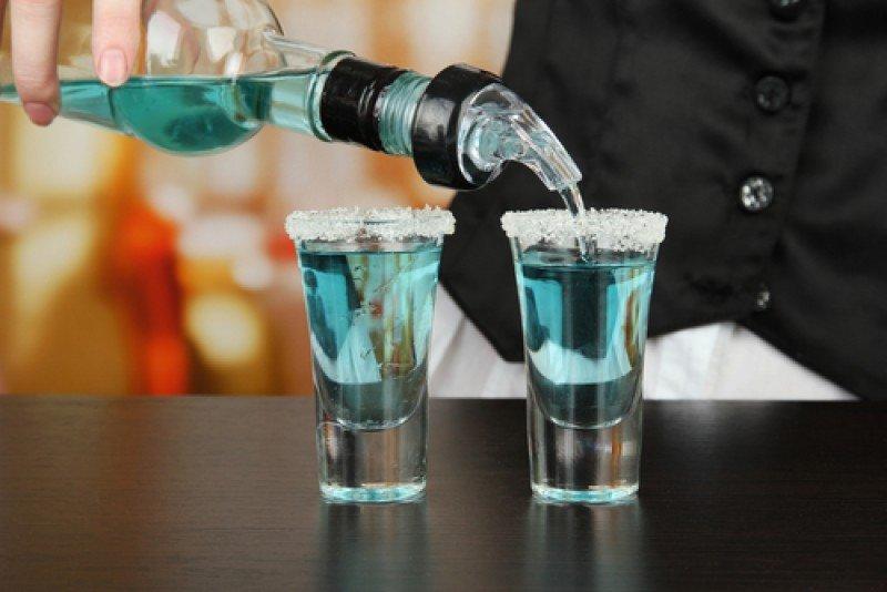 Un barman preparando dos chupitos. #shu#