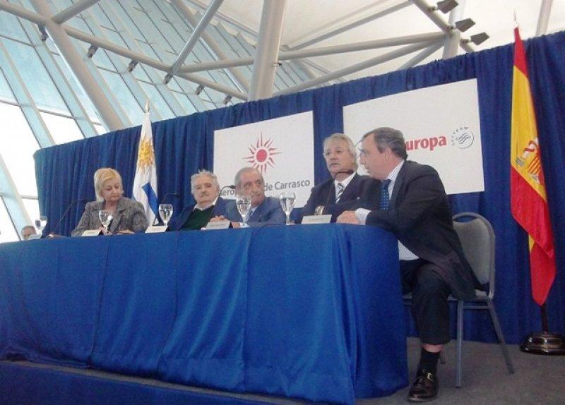 Acosta dirigiéndose al presidente Mujica, Juan José Hidalgo (Air Europa) y los ministros Pintado y Kechichián