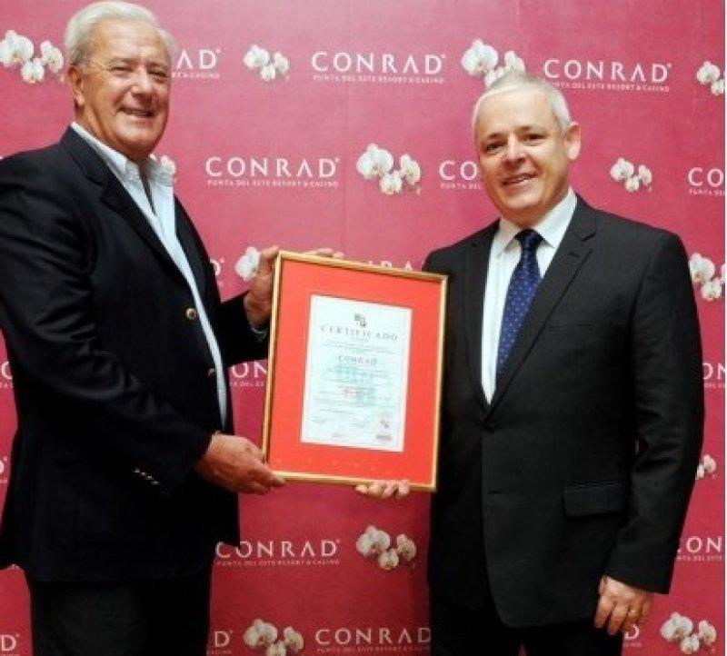 Pablo Benia, de UNIT, entregó el certificado a Joaquín Ramírez, gerente de Recursos Humanos del Conrad