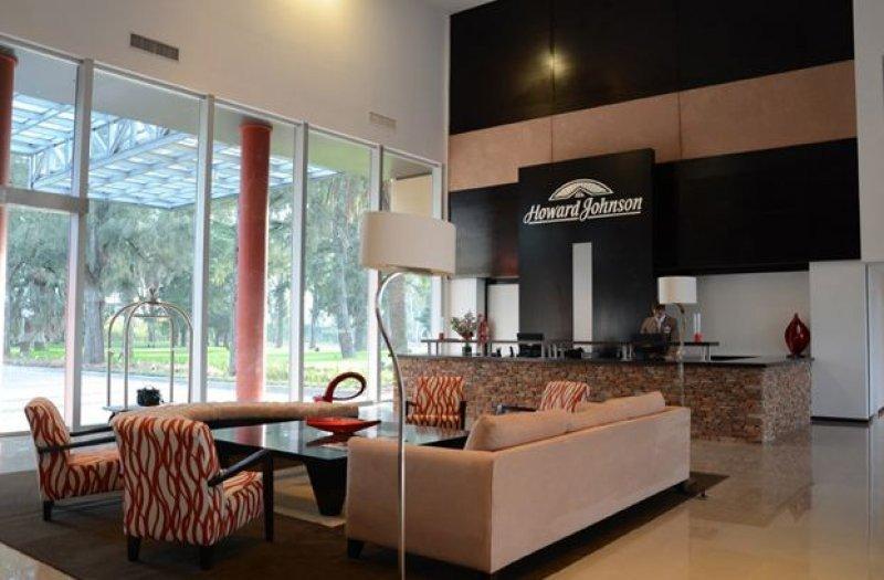 El hotel cuenta con 69  habitaciones y 3 salones para eventos y convenciones.