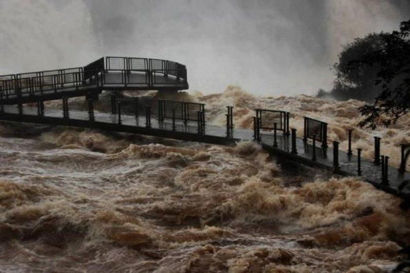 El río Iguazú cubrió las pasarelas que conducen a las cataratas (Foto: Misiones Cuatro)