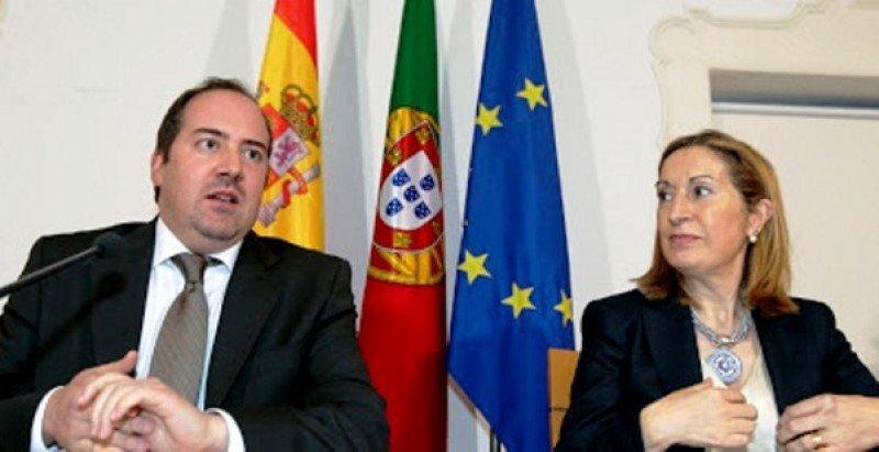 El ministro de Economía y Empleo de Portugal, Álvaro Santos Pereira; y la ministra de Fomento de España, Ana Pastor, en el acto de firma de uno de los acuerdos entre ambos países (Foto: extremaduradigital.blogspot.com).