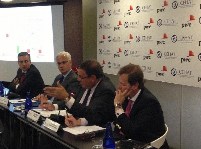 En primer término Ramón Estalella y Joan Molas, secretario general y presidente de CEHAT, junto con los representantes de PwC, en la presentación del Observatorio de la Industria Hotelera.