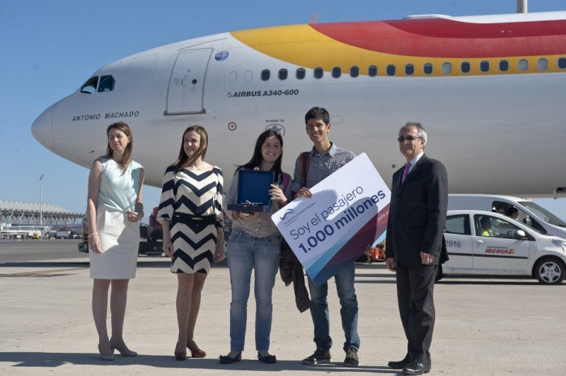 (De Izq. a Da.): Elena Mayoral (directora del Aeropuerto Madrid-Barajas), Carolina Martinoli (directora de Marketing de Iberia), Alonso Fernández (pasajero 1.000 millones) y su acompañante, y Fernando De Miguel (director de Iberia en el Aeropuerto Madrid-Barajas).